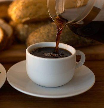 Kaffeekanne aus Glas - Kaffee eingießen