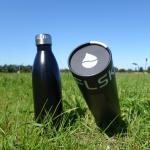 Isolierflasche auf der Wiese