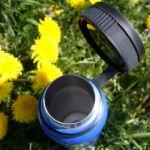 Trinkflasche offen mit Blumen im outdoor Test